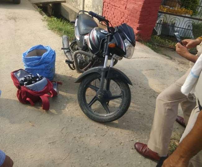 बाइक सवार युवक से 22 बोतल शराब बरामद.पुलिस को देखते ही वाहन छोड़ भागा