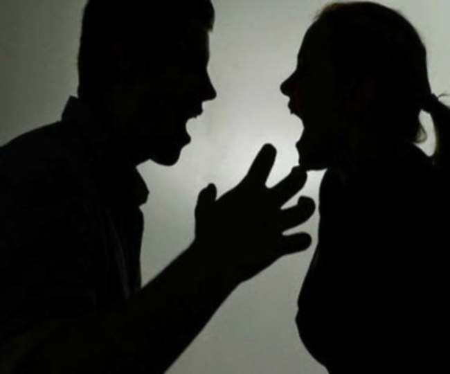 पति-पत्नी के रिश्ते में नजदीकी लोगों की दखलअंदाजी बढ़ा रही दरार, आप न करें ये गलती