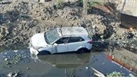 सिसाय पुल पर नाले में गिरी कार, बाल-बाल बचा ड्राइवर
