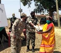 सीआरपीएफ ने ग्रामीणों में बांटे मास्क