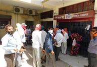 सब्जी मंडी में उमड़ रही भीड़, दुकानों पर वायरस का खतरा