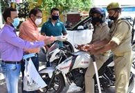 पुलिसकर्मियों की मदद को केमिस्टों ने बढ़ाए हाथ, बांटे सेनेटाइजर