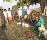 Lockdown effect: छत्तीसगढ़ के 8 परिवार लखनपुर ब्लॉक में फंसे, पेड़ के नीचे गुजर रही जिंदगी