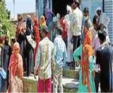 Uttarakhand Lockdown: राशन की दुकानों पर हर रोज उड़ रही नियमों की धज्जियां, सोशल डिस्टेंसिंग नहीं आ रही नजर