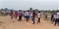विवादित जमीन पर हक जताने को उलझे ग्रामीण, दर्जन भर जख्मी