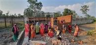 शराब के विरोध में उतरी महिलाएं, दुकान का निर्माण कार्य रोका