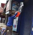 दुकानों की साफ-सफाई के बाद कामधंधे के मूड में नजर आए व्यापारी