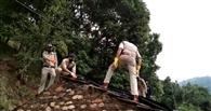 खाकी की तिरपाल ने रोका गरीब की छत का टपकता पानी