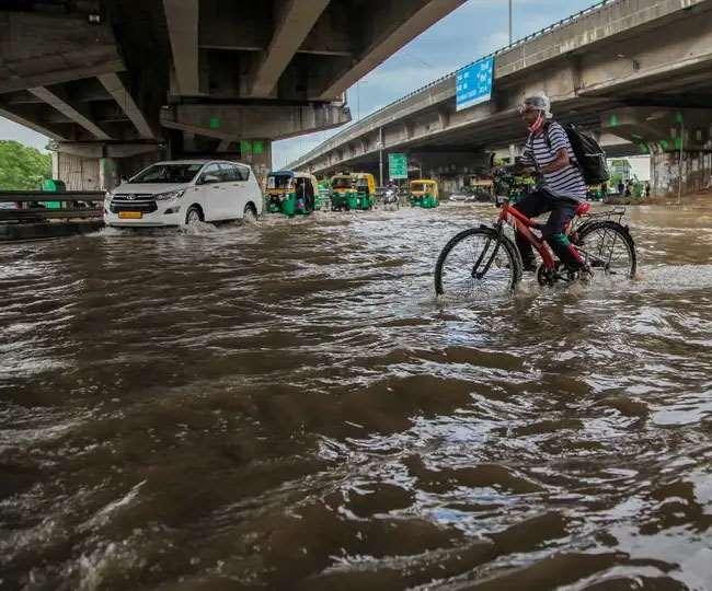 भारी बारिश के चलते दिल्ली-एनसीआर में जलभराव, तस्वीरों में देखें बाढ़ प्रभावित असम-महाराष्ट्र फोटो
