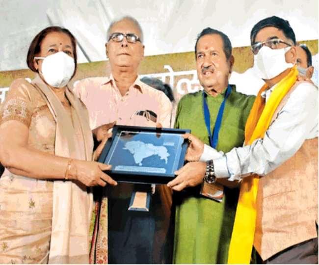 शहीद मेजर मोहित शर्मा की मां सुशीला को अखंड भारत के मानचित्र का स्मृति चिह्न् देकर सम्मानित करते इंद्रेश कुमार