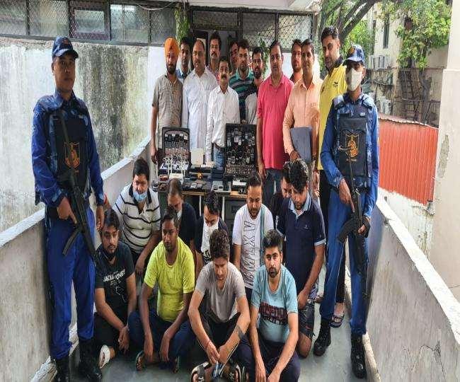 मुंबई इंडियंस और दिल्ली कैपिटल्स के बीच शारजाह में खेले जा रहे क्रिकेट मैच में सटटा लगा रहे थे