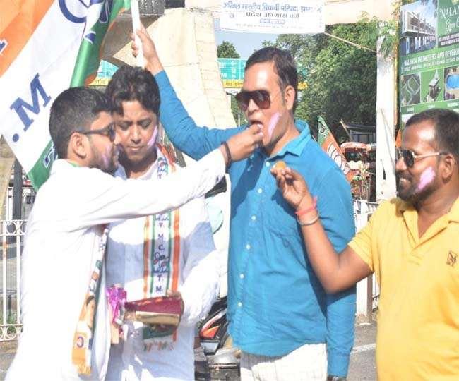पश्चिम बंगाल की मुख्यमंत्री ममता बनर्जी की जीत की खुशी में धनबाद में मिठाई बांटते टीएमसी समर्थक।