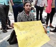 हैदराबाद की घटना के विरोध में मॉल के बाहर धरने पर बैठी युवती