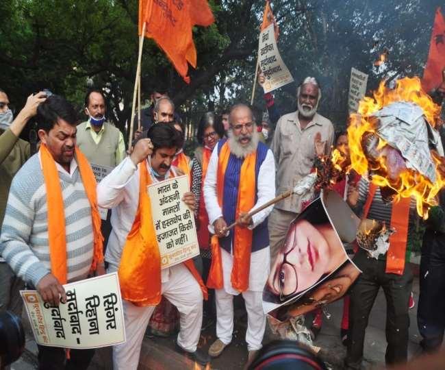 पॉप सिंगर रिहाना और पर्यावरण एक्टिविस्ट ग्रेटा थनबर्ग के खिलाफ प्रदर्शन करते यूनाइटेड हिंदू फ्रंट के कार्यकर्ता।