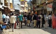 लॉकडाउन में चार घंटे की ढील के दौरान बाजार में उमड़ी भीड़