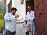 सभासद व उसके पुत्र ने खाद्य सामग्री बांटी