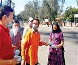 Meerut Lockdown Day 11: मानव सेवा का दे रहे संदेश, हर भूखे तक पहुंचा रहे हैं भोजन Meerut News