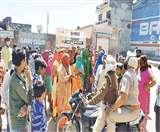राशन न मिलने पर लोगों ने किया प्रदर्शन, पुलिस ने लंगर लगाकर किए शांत
