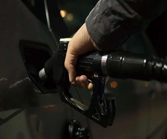 ऑयल मार्केटिंग कंपनियों ने आखिरी बार 15 अप्रैल को पेट्रोल, डीजल के दाम में मामूली संशोधन किया था।