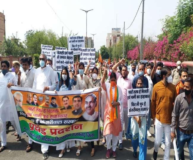 भाजपा कार्यकर्ताओं ने दिल्ली सरकार के खिलाफ किया प्रदर्शन
