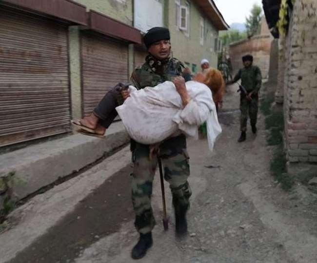 भारतीय सेना के जवानों ने अपनी जान की बाजी लगाकर बुजुर्गों की मदद की।