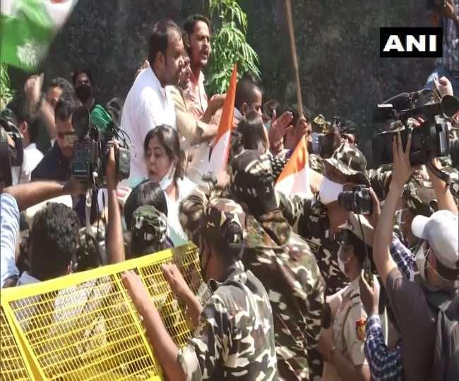 दिल्ली में यूपी भवन के बाहर महिला कांग्रेस का विरोध प्रदर्शन