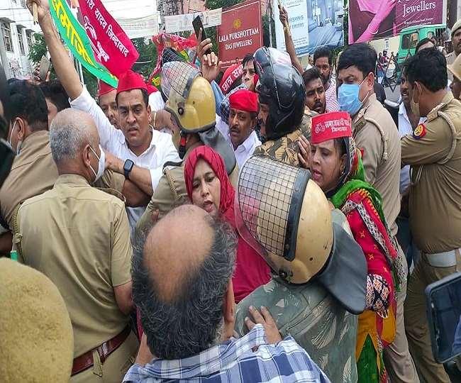 कानपुर में प्रदर्शन करते सपाइयों की फोटो।