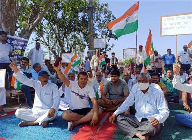 नांगलोई रोड पर धरना प्रदर्शन करते हुए गांव के लोग।