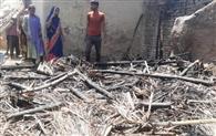 अग्निकांड में दो परिवारों की गृहस्थी जली