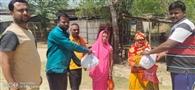 लॉकडाउन में भूखे को खाना पहुंचा रहे सामाजिक कार्यकर्ता