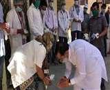 Coronavirus: सांसद ने डॉक्टरों के छुए पैर, पुलिसकर्मियों पर लोगों ने की पुष्पवर्षा