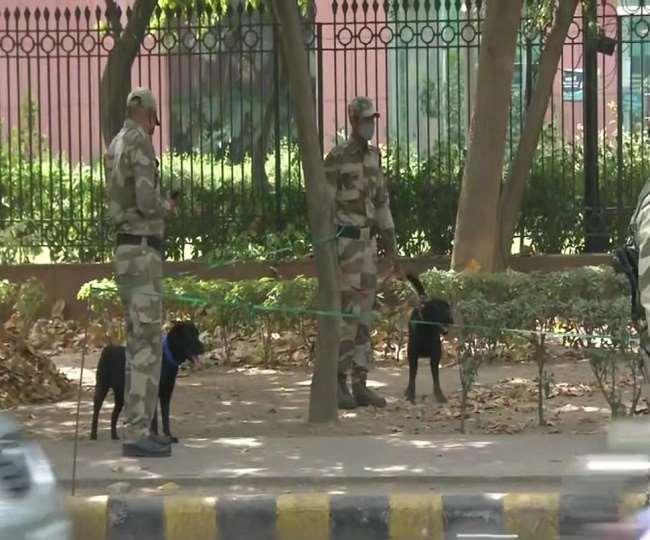 नेशनल मीडिया सेंटर कर्मियों की सूचना पर डॉग स्क्वायड टीम के साथ पहुंची दिल्ली पुलिस।