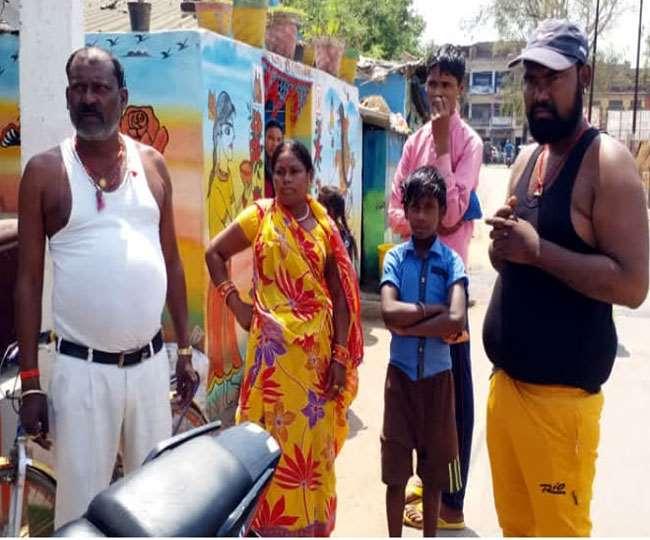 Jharkhand News, Palamu Samachar मामला दर्ज कराने थाना पहुंचे परिजन।