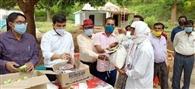 टाना भगत परिवारों के बीच खाद्यान्न का वितरण