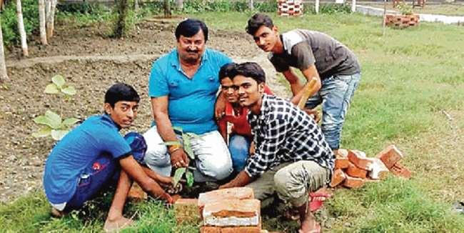 World Environment Day 2020: पश्चिम चंपारण के इस विद्यालय में नामांकन के समय पौधा लगाते छात्र, जानें कैसे हुई शुरुआत