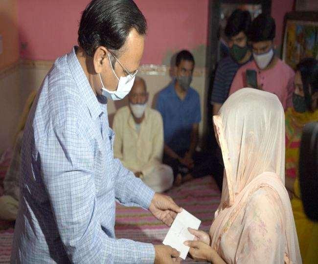स्वास्थ्य मंत्री ने कोविड-19 से जान गंवाने वाले दीपचंद के परिवार को 1 करोड़ रुपये का चेक सौंपा।