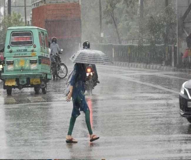 हल्की से मध्यम तीव्रता के साथ गरज के साथ बारिश होगी।