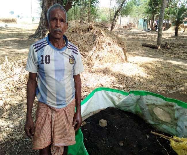 Jharkhand News, Lohardaga Samachar जैविक खाद बनाते सुरेश मुंडा।