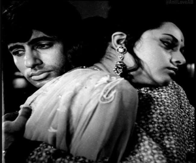 अमिताभ बच्चन और जया बच्चन तस्वीर में एक दूसरे के गले लगते नजर आ रहे हैंl