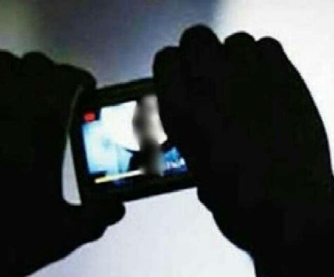 युवक युवती का वीडियो बनाकर मांग रहे थे पैसे, हेडकांस्टेबल व होमगार्ड निलंबित। प्रतीकात्मक तस्वीर