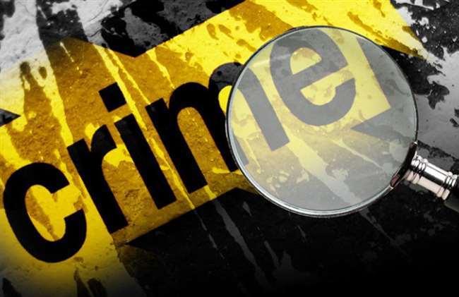 शराब के नशे में धुत एक प्लंबर ने एक महिला दुकानदार की सरेराह गला रेतकर हत्या कर दी।