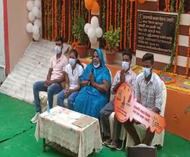 प्रधानमंत्री से वार्ता करती हुईं कानपुर की रामजनानकी।