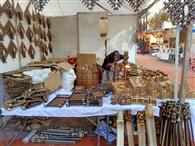 लकड़ी से बने सामान की खूब खरीदारी कर रहे लोग