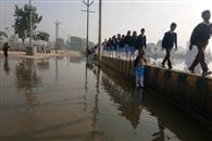 साहनपुर में दीवार पर चलने को मजबूर हैं लोग