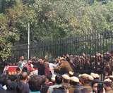 DU: एडहॉक और अस्थायी शिक्षकों का धरना लगातार दूसरे दिन भी जारी