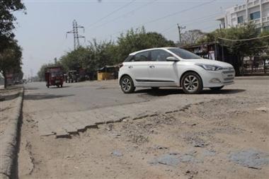 करोड़ों की सड़क पर ठेकेदार की मनमर्जी, मेयर बोलीं- इंजीनियरिग विग की गलती