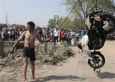 नाले में मिली बाइक, पांच घंटे बाद पहुंची पुलिस