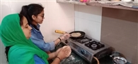 अपनी बेटी को खाना बनाना सिखा रही है मीनाक्षी