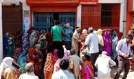 सब्जी मंडी व बैंकों की भीड़ ने बढ़ाई चिता