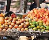 मंडी में फलों की आवक हुई कम, फुटकर दुकानदारों को मिल रहा महंगा माल